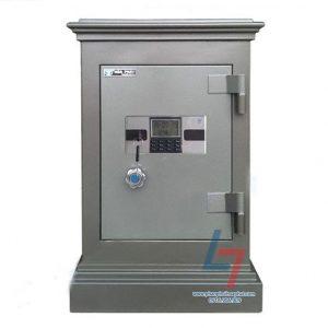 Két sắt an toàn KA 40DT là dòng két đứng.  Với mã khóa khách hàng sẽ sử dụng mã két mặc định được nhà máy cấp ngẫu nhiên cho mỗi sản phẩm két sắt